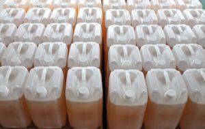 Chemikalien zur Wasseraufbereitung in Kanistern