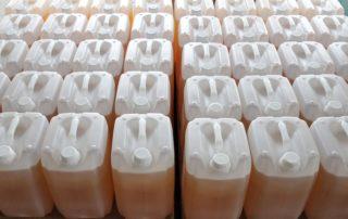 Kanister mit Chemikalien zur industriellen Wasseraufbereitung