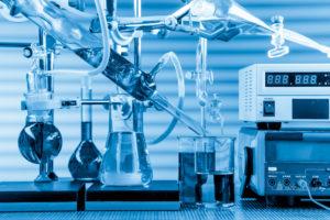 Laborgeräte eines Chemielabors zur Wasseranalyse