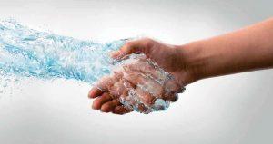 Hand aus Wasser und Menschenhand schütteln sich die Hände