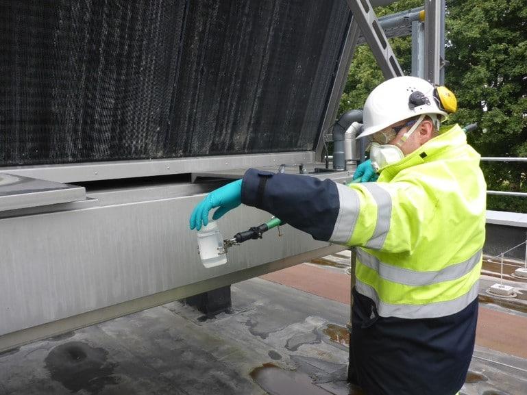 Unser Service: Mitarbeiter der aqua-Technik Beratungs GmbH entnimmt Kühlwasserprobe
