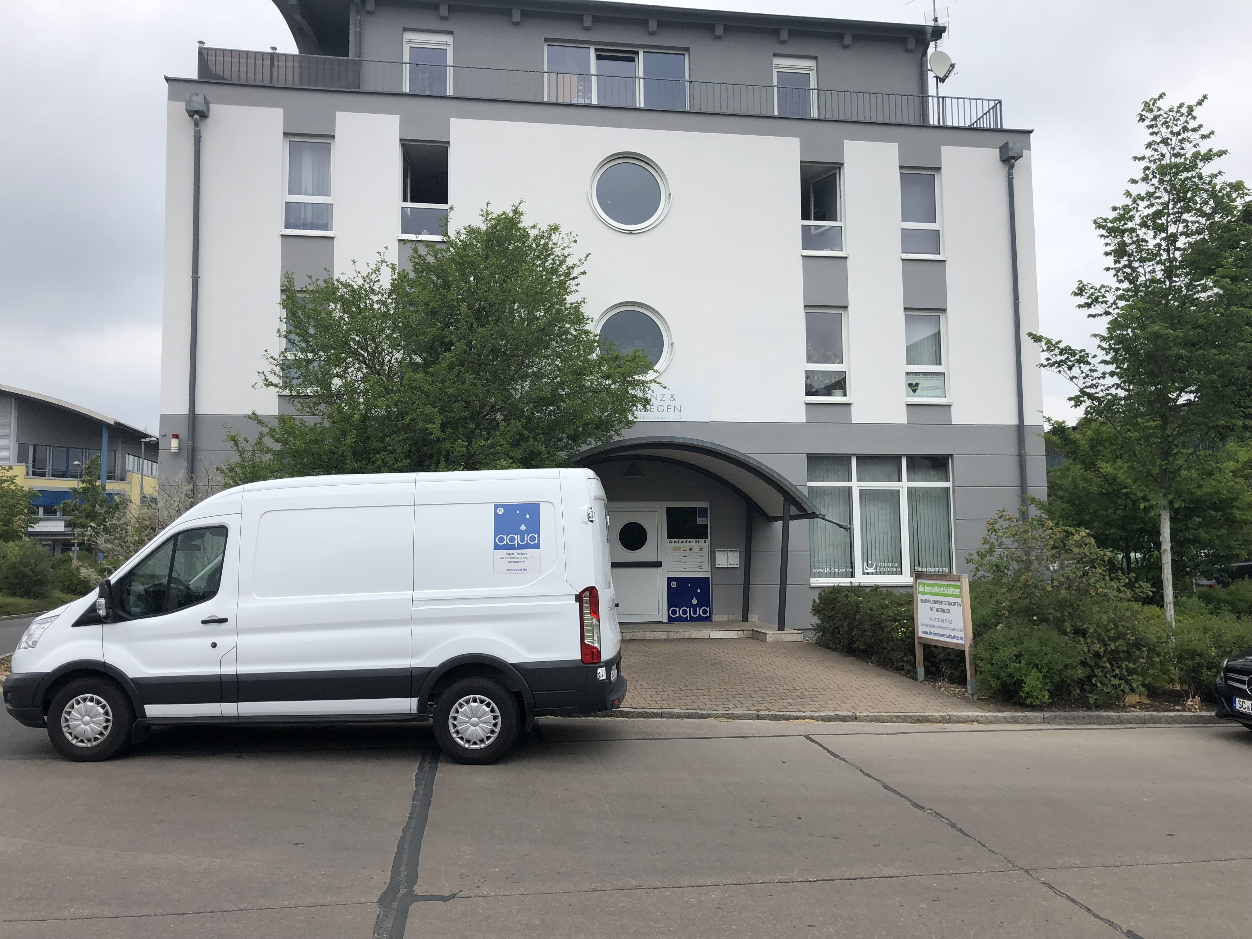 Wasseraufbereitung für die Industrie: Firmensitz und Firmenwagen der aqua-Technik Beratungs Gmbh in Schwabach