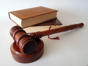 Hammer eines Richters und Gesetzesbücher