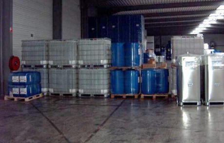 Lager der aqua-Technik Beratungs-GmbH gefüllt mit Produkten für die chemische Wasseraufbereitung
