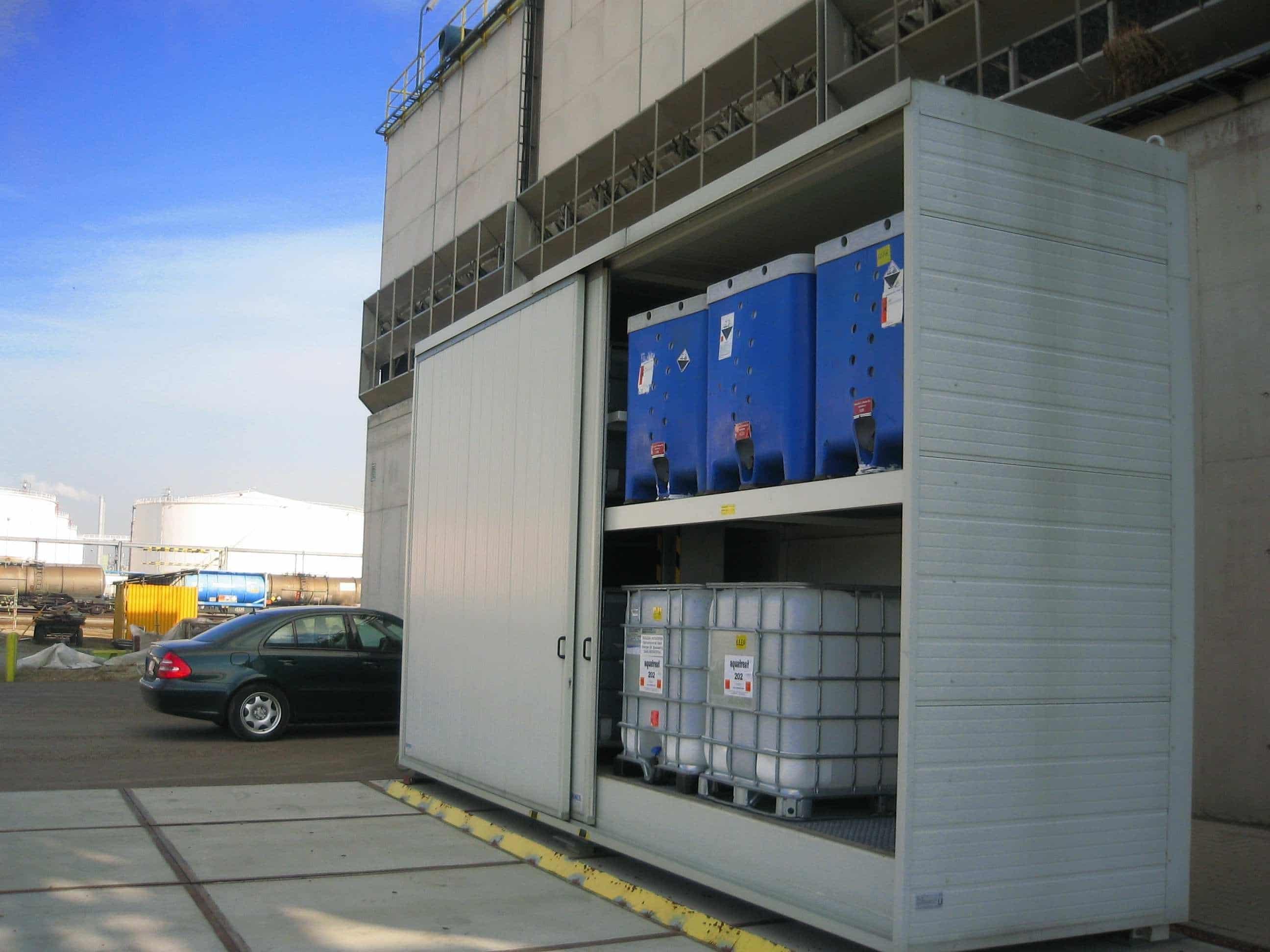 Lagerung von IBCs mit Chemikalien im Sicherheitsschrank
