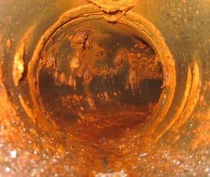 Stahlrohr mit starker Korrosion macht chemische Wasseraufbereitung notwendig
