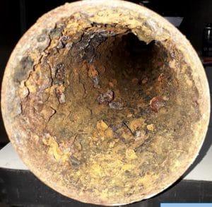 Starke Korrosion auf einem Stahlrohr durch Chlorid