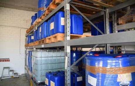 Hochregallager der aqua-Technik Beratungs-GmbH mit Produkten für die chemische Wasseraufbereitung