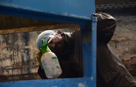 Unser Service: Mitarbeiter beim Reinigen eines Kühlturms